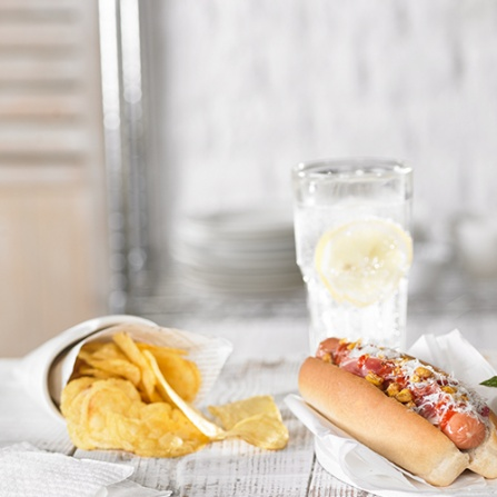 Hot Dog con maíz, parmesano y salsa picante