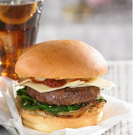 Burger con cebolla, espinaca y queso de oveja