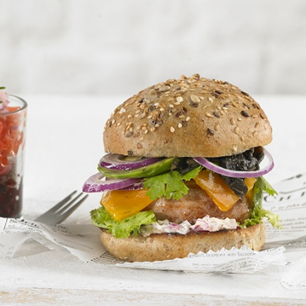 Burger de pavo con cheddar, aguacate, cilantro y huitlacoche