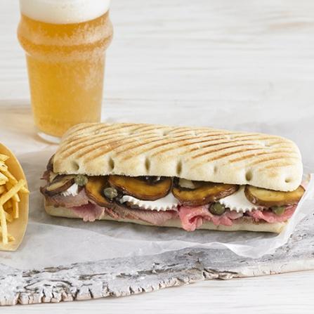 Panini Clásico con rosbif, champiñones, alcaparras y queso de Burgos