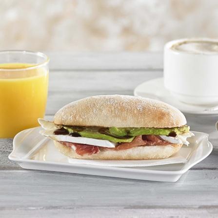 Panecillo desayuno de jamón ibérico, brie y aguacate