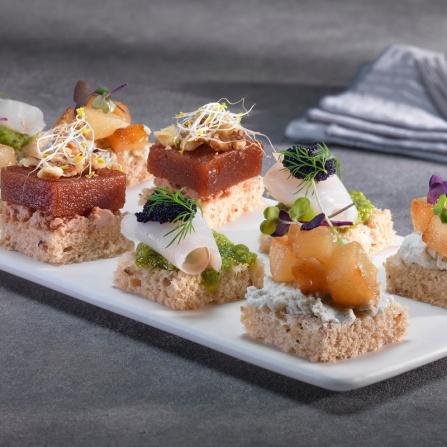 Canapés de Pera caramelizada con gorgonzola, bacalao marinado al pesto, y foie con membrillo