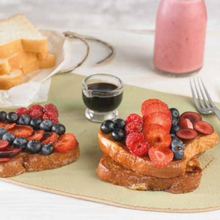 French Toast con Vainilla, Frutos Rojos y Jarabe de Arce