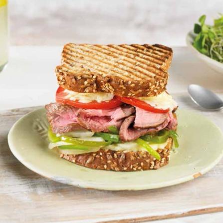 Sandwich de Roast Beef con Pimientos Asados, Tomate y Mozzarella.